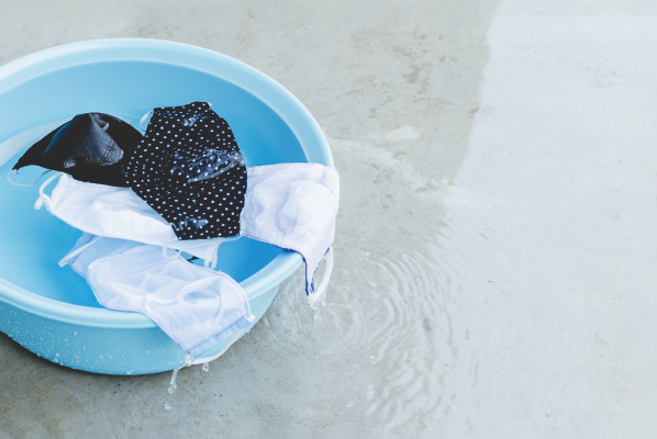 Bacinella con mascherine lavate